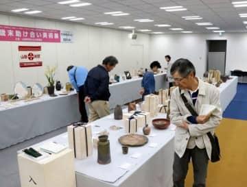 陶芸や絵画、書などの秀作が並ぶ会場=山陽新聞社9階大会議室