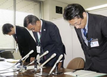 記者会見で謝罪する熊本市教育委員会の中村順浩健康教育課長(右)ら=7日午前、熊本市役所