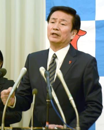 記者会見で週刊誌報道について説明する千葉県の森田健作知事=7日午前、千葉県庁
