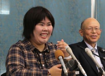無罪が確定的になり会見で笑顔を見せる西山さん(10月23日、大津市梅林1丁目)