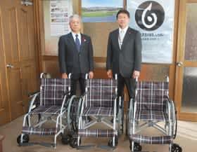 寄贈の車いすを前にする山﨑会長(左)と戸田町長