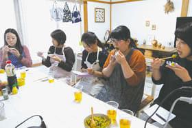 出来上がった料理を試食する参加者たち
