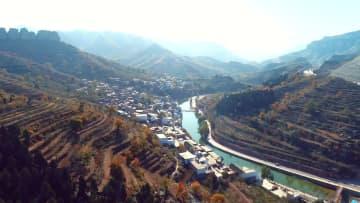 色づく秋の太行段々畑 河北省渉県