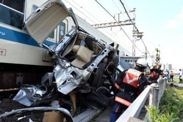 【当時の事故の様子】車両とぶつかり、脱線した小田急線の列車=6月19日午後