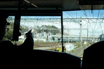 貨物線では、トンネルを抜けると鶴見駅付近だ。左手には京浜東北線の電車が見える