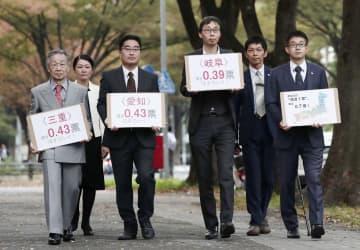 7月の参院選を巡る「1票の格差」訴訟の判決で、名古屋高裁に向かう原告側の弁護士ら=7日午後、名古屋市