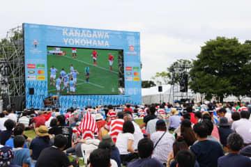 大型スクリーンで試合を観戦するファンゾーンの来場者=9月28日、臨港パーク