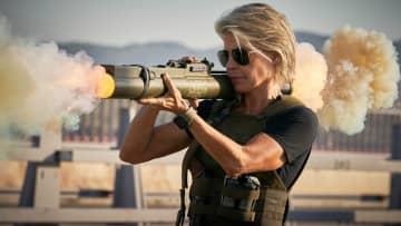 新ターミネーターと戦うサラ(ハミルトン)PHOTO : Kerry Brown/SKYDANCE  PRODUCTIONS AND PARAMOUNT PICTURES