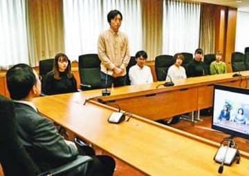 アンバサダーに委嘱され、飯泉知事(左)に抱負を述べる学生ら=県庁