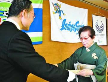 飯泉知事(左)から表彰状を受け取る濵田さん=県庁