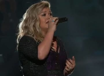 Kelly Clarkson performs at the 2015 Billboard Music Awards