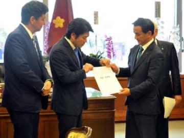 要望書を山本副大臣(左から2人目)に渡す村岡知事(同3人目)