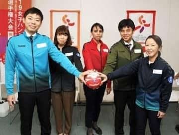 披露された女子ハンドボール世界選手権のスタッフが着用するジャケット。ボランティアは赤色、医療関係者は紺色など五つの役割ごと色分けしている=県庁