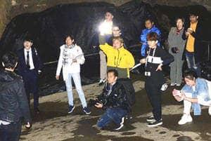 福島県の観光PR番組を制作するタイのテレビ関係者ら=5日、田村市・あぶくま洞