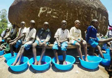 日本から靴の配布と同時に行われたスナノミ症治療の様子=2017年、ケニア西部のエスンバ村(日本リザルツ提供)