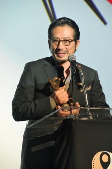授賞式であいさつする俳優の真田広之さん=6日、米ロサンゼルス郊外カルバーシティ(共同)