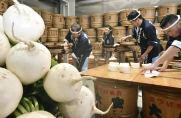 老舗漬物店「大安」で公開された「千枚漬」の仕込み作業=8日午前、京都市