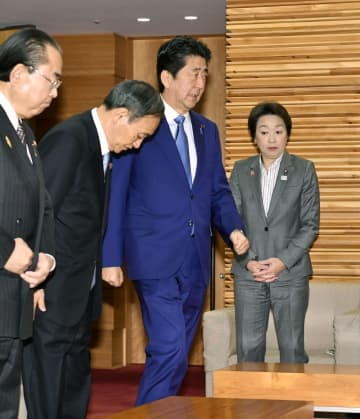 閣議に臨む安倍首相(右から2人目)=8日午前、首相官邸