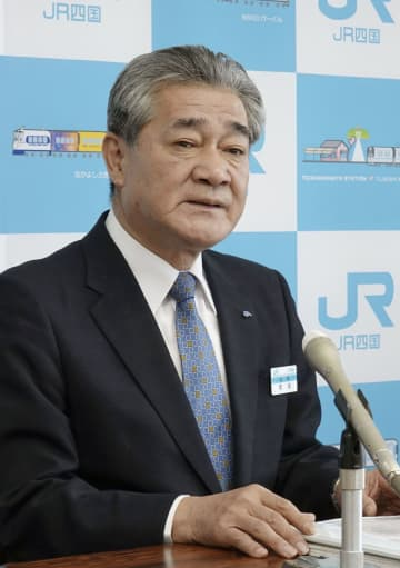 記者会見するJR四国の半井真司社長=8日午前、高松市