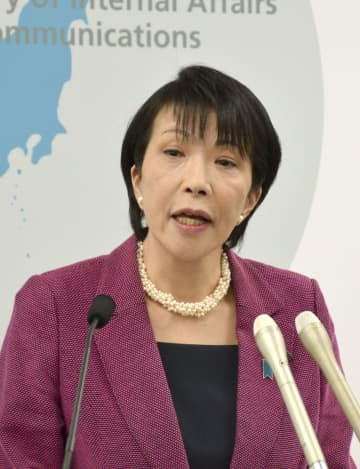 NHKのインターネットへの常時同時配信について説明する高市総務相=8日午前、総務省