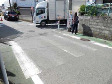 市立小学校近くにある、不鮮明な横断歩道=大和市内
