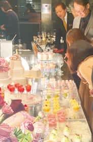 MUTEKIROUで華やかなビジューフードを楽しむ来店客