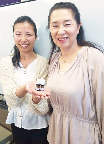 製品を手にする女性部の高橋部長(右)と横山さん
