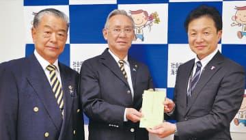 (左から)目録を手渡す滝田副会長と金指会長