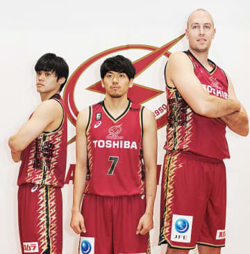 限定ユニホームを披露する篠山選手(中央)、藤井選手ら