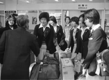 遠征先から熊本空港に戻ってきた選手たち。左から2人目は出迎えた藤田八郎さん=1973年12月19日