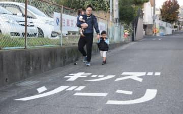 保育園近くの路面に書かれた「キッズゾーン」の表記(大津市皇子が丘1丁目)