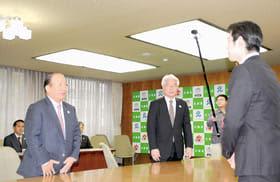 鈴木知事と会談する武藤事務総長(左)