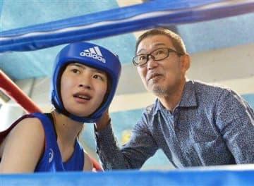 県高校新人ボクシング大会で女子選手のセコンドに付く木庭浩一=3日、熊本農高(高見伸)