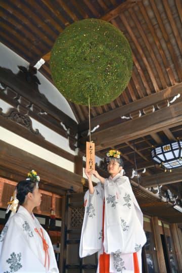 新しく掛け替えられた大神神社の大杉玉=8日、奈良県桜井市