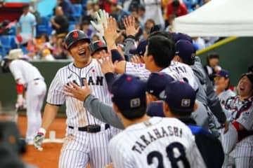 プエルトリコ戦で3ランを放った鈴木誠也をベンチでお出迎えする侍メンバーたち【写真:Getty Images】