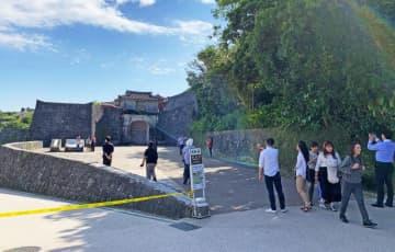 閉ざされた首里城の「歓会門」を前に引き返す観光客ら=6日、那覇市首里