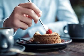 「朝食はケーキ3個」 NEWS小山、謹慎後の私生活に心配の声も 昨年6月に、未成年者との飲酒問題が報じられたNEWSの小山慶一郎が、『ダウンタウンDX』に出演。驚きの朝食を公開した