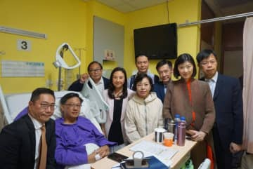Pro-Beijing lawmakers visiting Junius Ho at hospital room. Photo: Elizabeth Quat/Facebook.