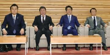閣議に臨む(左から)赤羽国交相、茂木外相、安倍首相、麻生財務相=8日、首相官邸