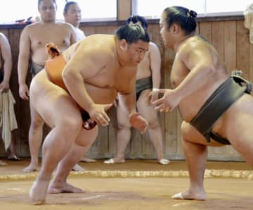 稽古で立ち合いの確認をする御嶽海(左)=福岡県新宮町の出羽海部屋宿舎