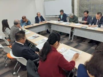首里城再建に向けて寄付を募る方針を確認する東京沖縄県人会のメンバー=6日、東京・神田の会議室「メディア・ワン」