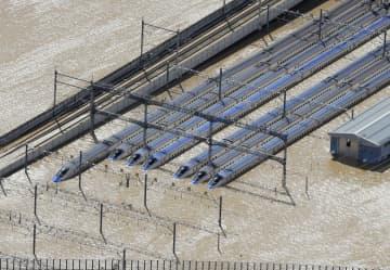 浸水した車両センターに並ぶ北陸新幹線の車両=10月13日、長野市赤沼