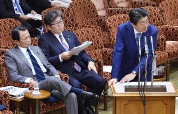 参院予算委で答弁する安倍首相。中央は萩生田文科相=8日午後