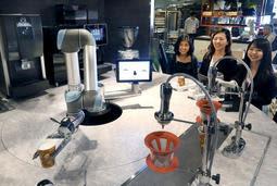 「今日は甲子園でも行こうかな」。ご当地のセリフも交えながら、客にコーヒーをいれるカフェ用ロボット=西宮市田中町