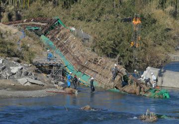 崩落したJR水郡線第6久慈川橋梁の撤去作業を行う作業員ら=8日午後1時50分ごろ、大子町南田気