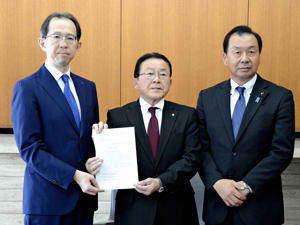 内堀知事に高地原橋の復旧に関する支援を要望した佐川町長(中央)と宮川県議(右)