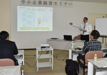 【中小企業経営セミナーで講演する坂本氏(奧右)=津市万町の日本政策金融公庫津支店で】