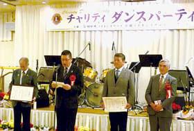 益金の贈呈式で市教委と社協から感謝状を受け取った日野会長(左)と川浪会長(左から3人目)
