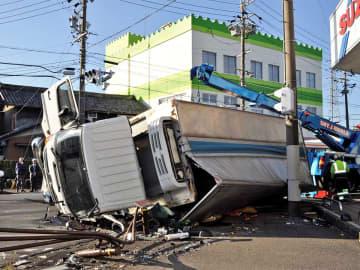 横転したトラック=8日午前8時15分、大垣市上面