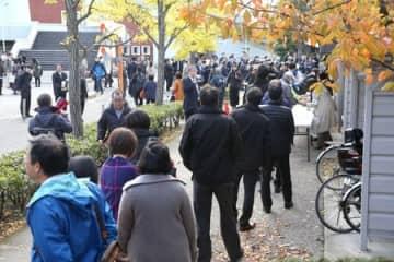 傍聴券を求める市民らによる行列ができた=8日、新潟市中央区